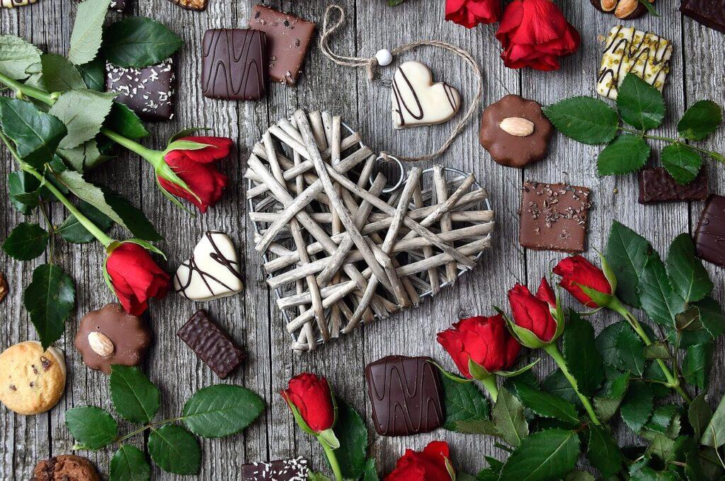משלוח פרחים בשילוב שוקולד ומתוקים